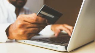 Akadozva indul a kötelező  erős ügyfél-hitelesítés a bankkártyás fizetéseknél